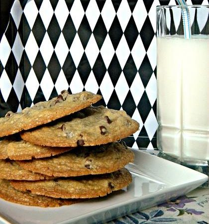 Vegan Chocolate Chip Cookie Recipe from ItsYummi.com #vegan #cookies