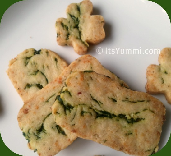 Spinach Parmesan Sable Crackers from ItsYummi.com ~ Get your salty snack fix without all of the fat, calories, and guilt!