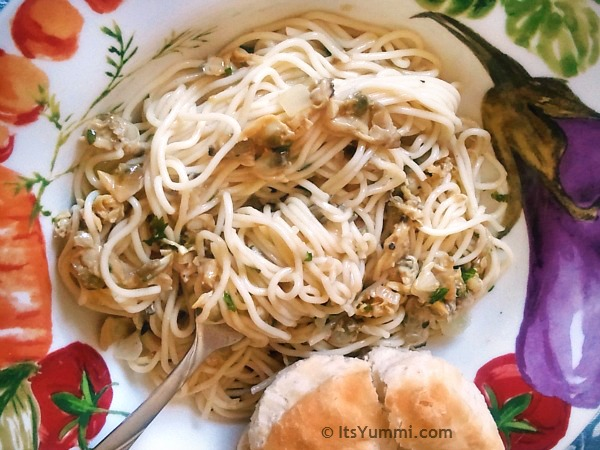 Pasta with Clam Sauce #recipe from ItsYummi.com ~ Just 5 ingredients and less than 30 minutes to make!