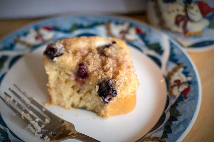Blueberry Cream Cheese Streusel Cakes from ItsYummi.com