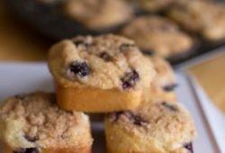 Blueberry Cream Cheese Streusel Muffins - Recipe from itsyummi.com