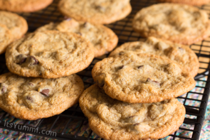 Low Carb Caramel Chocolate Chip Cookies | ItsYummi.com