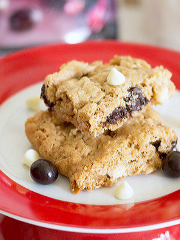 These chewy, browned butter baked oatmeal bar cookies are stuffed with white chocolate chips and dark chocolate covered pomegranate arils. Get the recipe from itsyummi.com