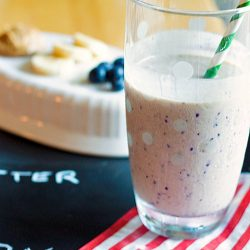 Peanut Butter Banana Blueberry Smoothie - A protein packed smoothie with no added sugar! Fresh blueberries and bananas, Greek yogurt, and protein powder make this a healthy breakfast smoothie. Recipe from @itsyummi