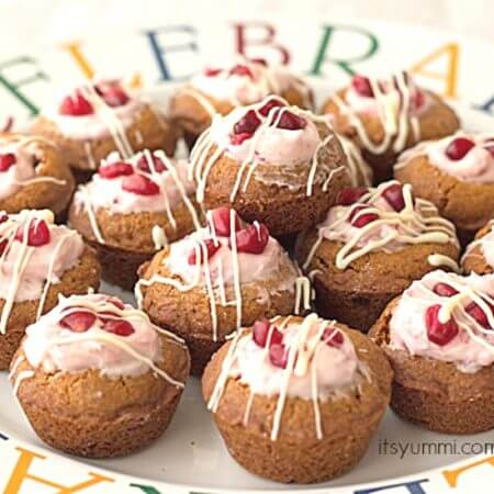 Pomegranate Cheesecake Cookies - Cheesecake filled cookie cups topped with pomegranate arils and white chocolate. Recipe from @itsyummi