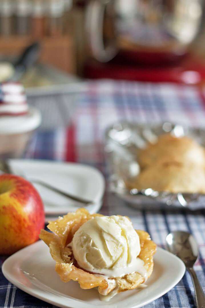 Apple Pie Ice Cream Bowls - It's an inside out apple pie ala mode! The easiest dessert ever! Get the recipe from @itsyummi