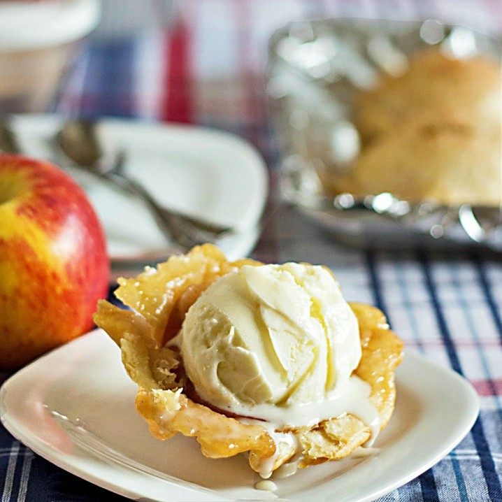 How awesome! Ice cream bowls that are made from apple pie! Recipe from ItsYummi.com #loveNZfruit