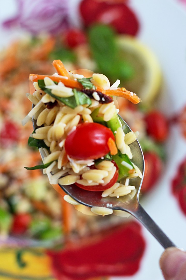 Summer Vegetable Orzo Pasta Salad - This side dish recipe has fresh veggies, vibrant colors, and an explosion of flavor, just like fireworks! - Get the recipe from @itsyummi