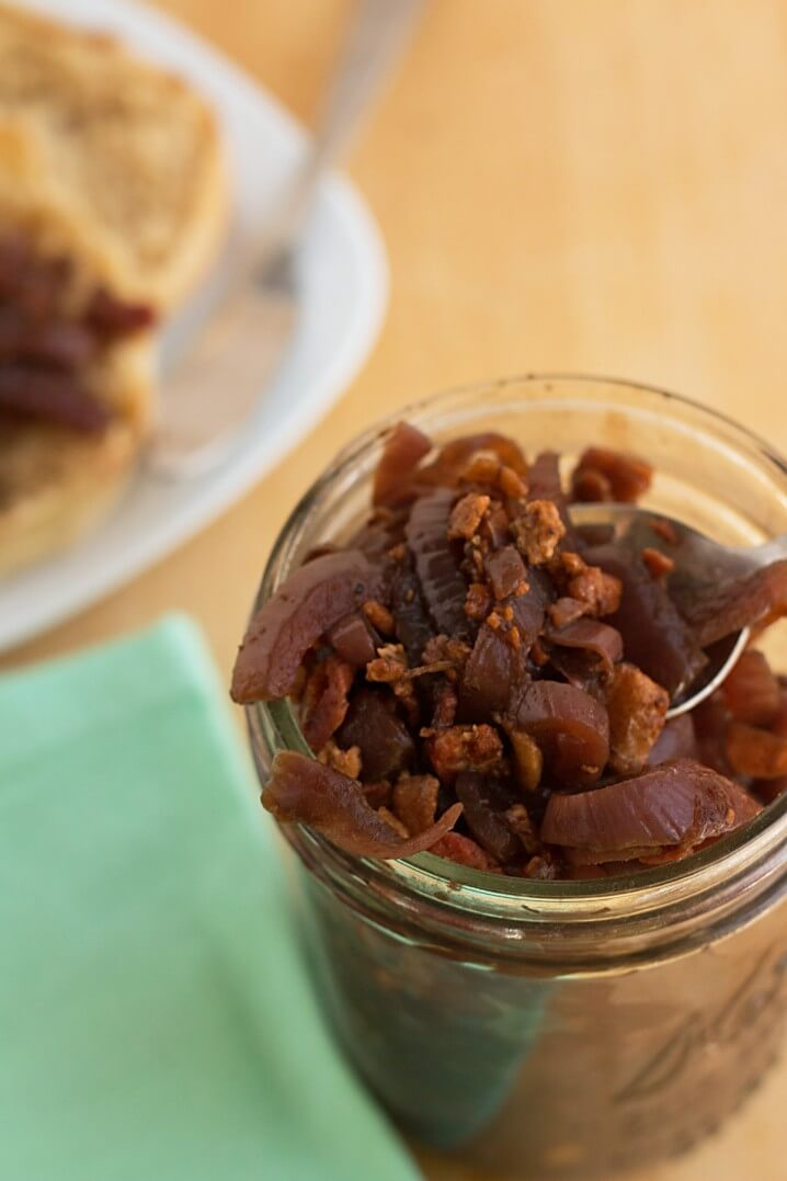 Balsamic Bacon Onion Relish Recipe - A delicious condiment on toast, or add it to egg dishes for a perfect brunch! @itsyummi