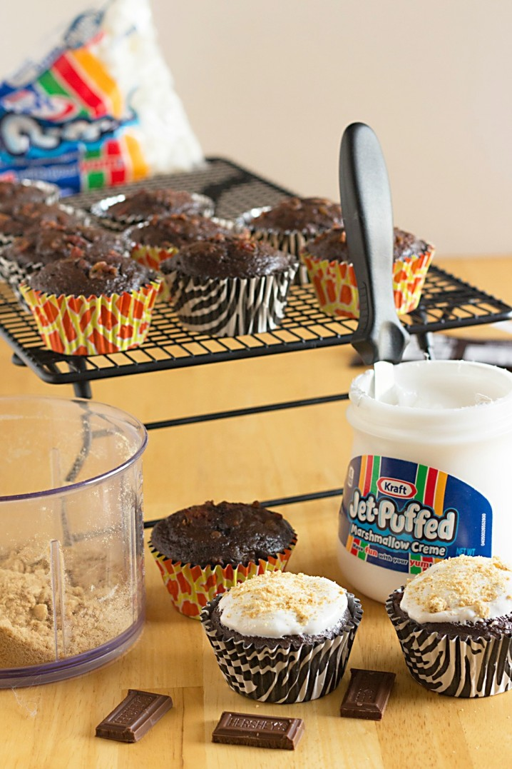 These cupcakes are crazy good! Caffeine Spiked S'mores Cupcakes are chocolate cupcakes, stuffed with coffee, bacon, and chocolate, then topped with toasted marshmallow creme! - Recipe from @itsyummi