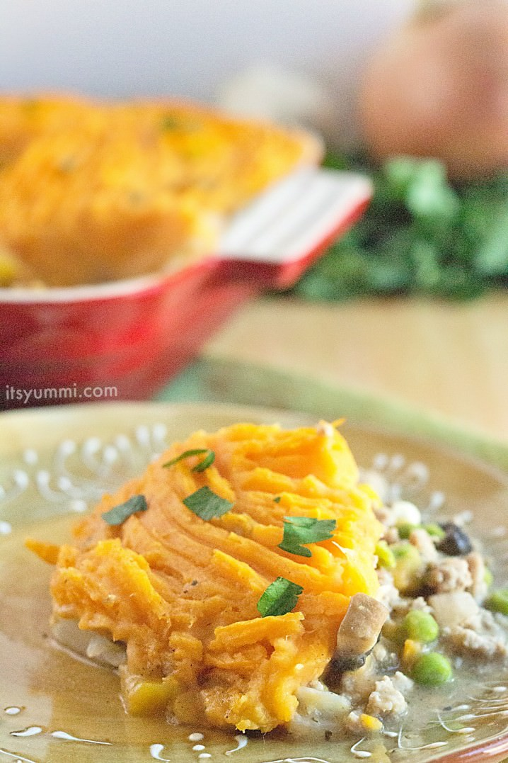 Easy Sweet Potato Shepherds Pie Casserole \\ Ground turkey and fresh vegetables, cooked until tender and topped with rich, creamy mashed sweet potatoes. This is a taste of Thanksgiving that can be enjoyed any time of the year! - recipe from ItsYummi.com