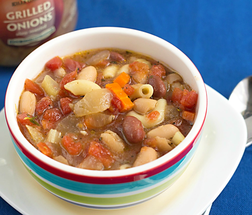 Vegetarian Minestrone Soup - Quick and easy! This soup comes together in 20 minutes, making it a perfect weeknight dinner. Recipe on itsyummi.com