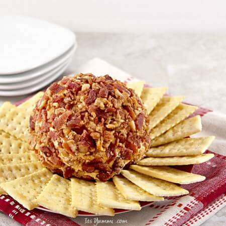 Chipotle Bacon Cheddar Cheese Ball recipe - This is party food, game day, or appetizer at its best! - Get the recipe from @itsyummi