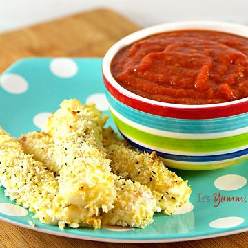 I love quick appetizer recipes like these Gluten Free Baked Mozzarella Sticks! They're a healthier option for game day snacks! Recipe on itsyummi.com