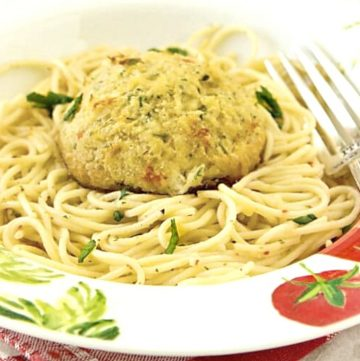 Crab Cake Scampi - This is a perfect recipe for lent! Flaky, tender crab cakes (sustainably harvested) sit on top of a bed of garlic-butter pasta. So easy to make! Get the recipe from itsyummi.com