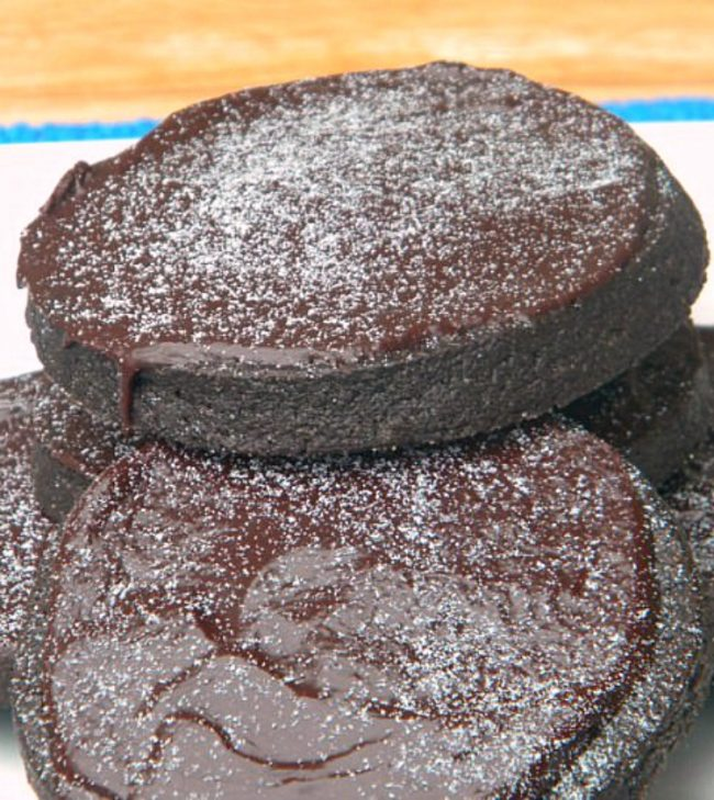 Chocolate Cookies with Nutella Ganache - Get this snack recipe on ItsYummi.com
