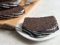Mocha Cinnamon Roll Pound Cake \\ Recipe from ItsYummi.com